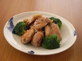 塩辛チキンソテー~塩こしょうした鶏肉を両面じっくりソテーし、オリーブ油、刻みニンニク、刻み塩辛、さらにバターと醤油で仕上げる