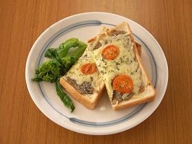 塩辛トースト~食パン1枚に対して、塩辛1~2匹をみじん切りにし、マヨネーズ大さじ1を加えてよく混ぜて食パンに塗り、ピザ用チーズをたっぷりのせてトーストする。